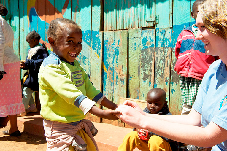 A volunteer playing with an African kid