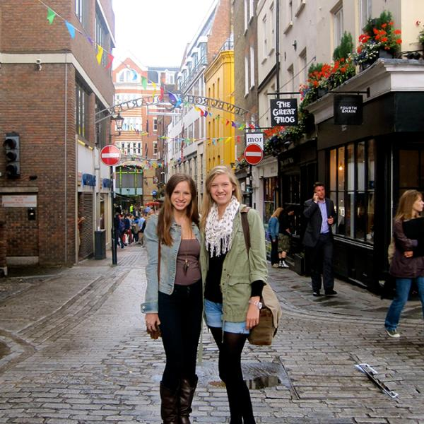 study_abroad_in_london_isa_students_in_the_street