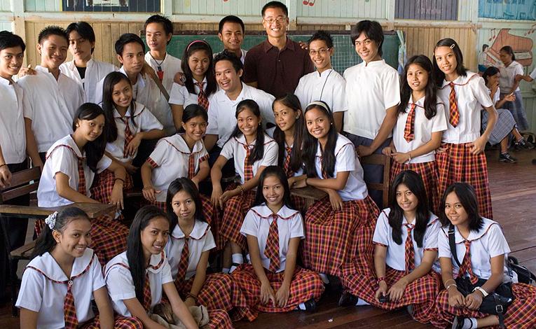 class photo with volunteer teacher