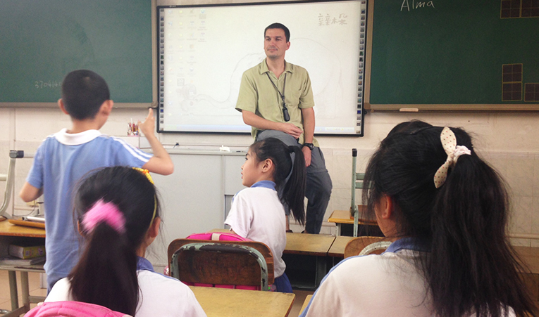 Foreign teacher in front of a class of elementary students