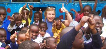 Volunteer with kids in Kenya